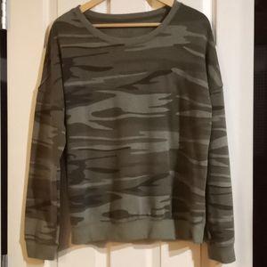ZOE + LIV camo print XL crew neck sweatshirt (909)
